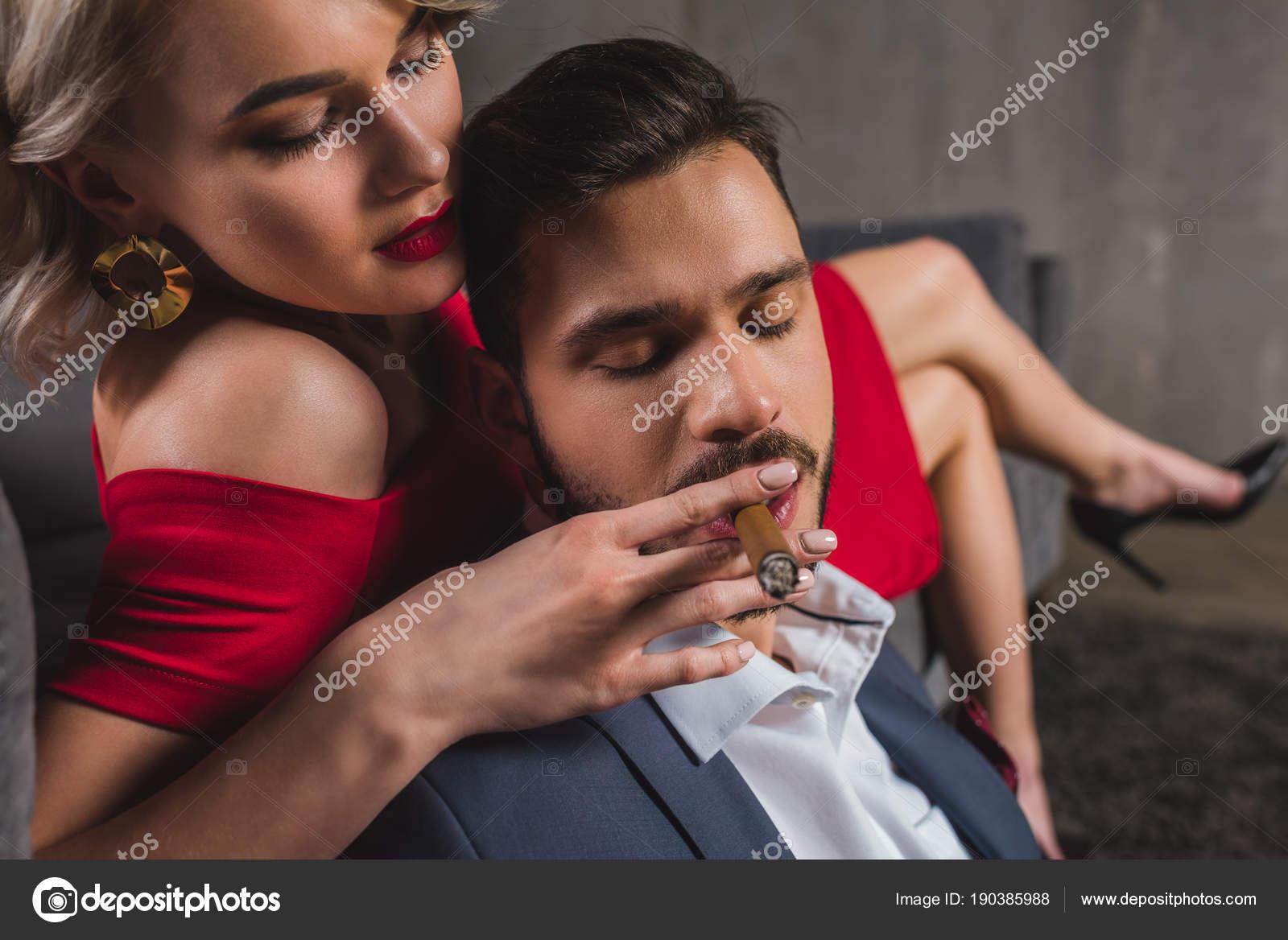 Сексуальные девушки с сигарами
