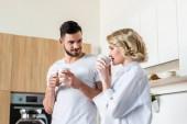 schöne junge Paar in Liebe zusammen trinken Kaffee am Morgen