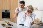 schöne junge Paar zusammen Kaffee trinken am Morgen