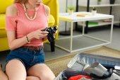 oříznutý pohled dívka drží fotoaparát při cestování cestovní kufřík