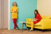 Fotografie mladí retro stylu ženy v barevných bytě s měděně a akvarijní ryby, panenka dům koncept
