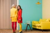 Fotografie mladí retro stylu ženy stojící v místnosti barevné, panenky dům koncept