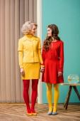 Fotografie ženy v jasných retro stylem oblečení, drželi se za ruce v bytě barevné, panenky dům koncept