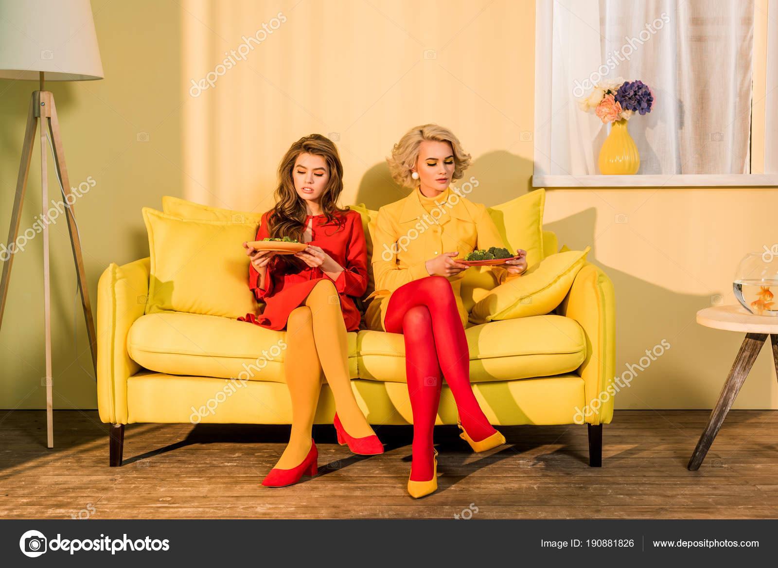 Mulheres Bonitas Roupas Retrô Com Legumes Placas Sentado Sofá Amarelo U2014  Fotografia De Stock