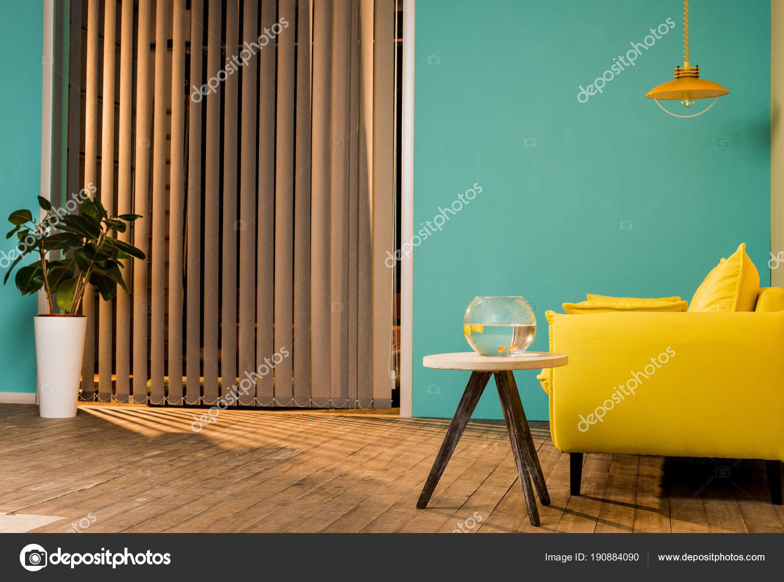 Gelbes Sofa Und Aquarium Mit Fischen Auf Tisch Im Wohnzimmer U2014 Foto Von  VitalikRadko