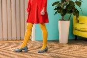 Fényképek levágott shot: színes terem, baba house koncepció világos ruházatot álló nő