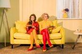 Fotografie krásné ženy v retro oblečení se zeleninou na talířích sedí na měděně na světlé místnosti, panenka dům koncept