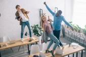 Fényképek magas szög kilátás boldog többnemzetiségű munkatárs tánc és szórakozás a modern iroda
