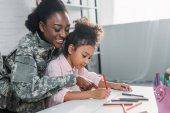 Fényképek Anya katona és afro-amerikai gyermeket rajz együtt