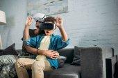 Mutter Soldatin und afrikanischer amerikanischer Junge mit Virtual-Reality-Headsets