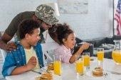 Fotografie Vater im Armee-Uniform und African American Kinder beim Frühstück mit Pfannkuchen