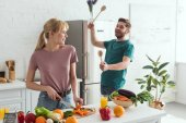 pár veganů baví při vaření v kuchyni