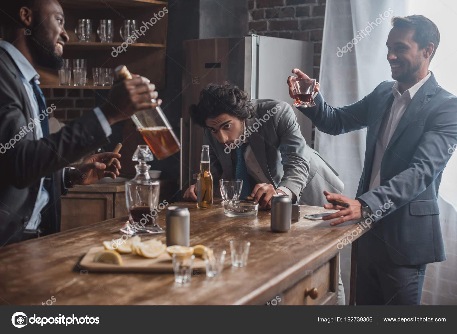 Betrunken Männliche Freunde Formalen Tragen Alkoholische Getränke ...