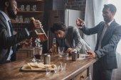 Fotografie opilý muž přátelé v formální nosit pití alkoholických nápojů a párty společně