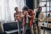 männliche Freunde Blick auf Menschen, die trinken Bier aus kann lachen