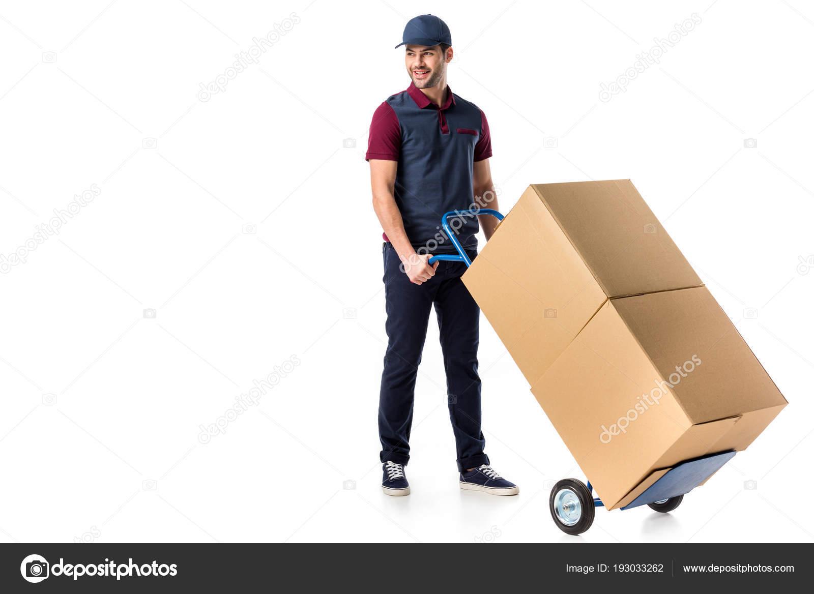 e4d33367c1 Sorrindo Entregador Uniforme Empurrando Carrinho Mão Com Caixas Papelão  Isoladas — Fotografia de Stock