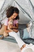 malé roztomilé africké americké dítě s pes chihuahua v teepee doma