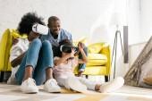 Fotografie Afroamerikaner im Virtual-Reality-Headset hat Spaß zu Hause
