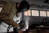 svařování kovů s jiskry v továrně pracovník výroby