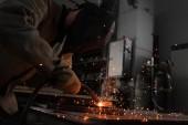 Fotografie Herstellung Arbeiter Schweißen von Metall mit Funken in der Fabrik