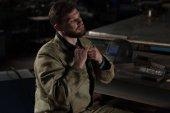 mladý muž dělník zapínal uniformě v továrně