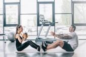 Fotografie männliche personal Trainerin und Sportlerin Übungen mit Ball in Turnhalle