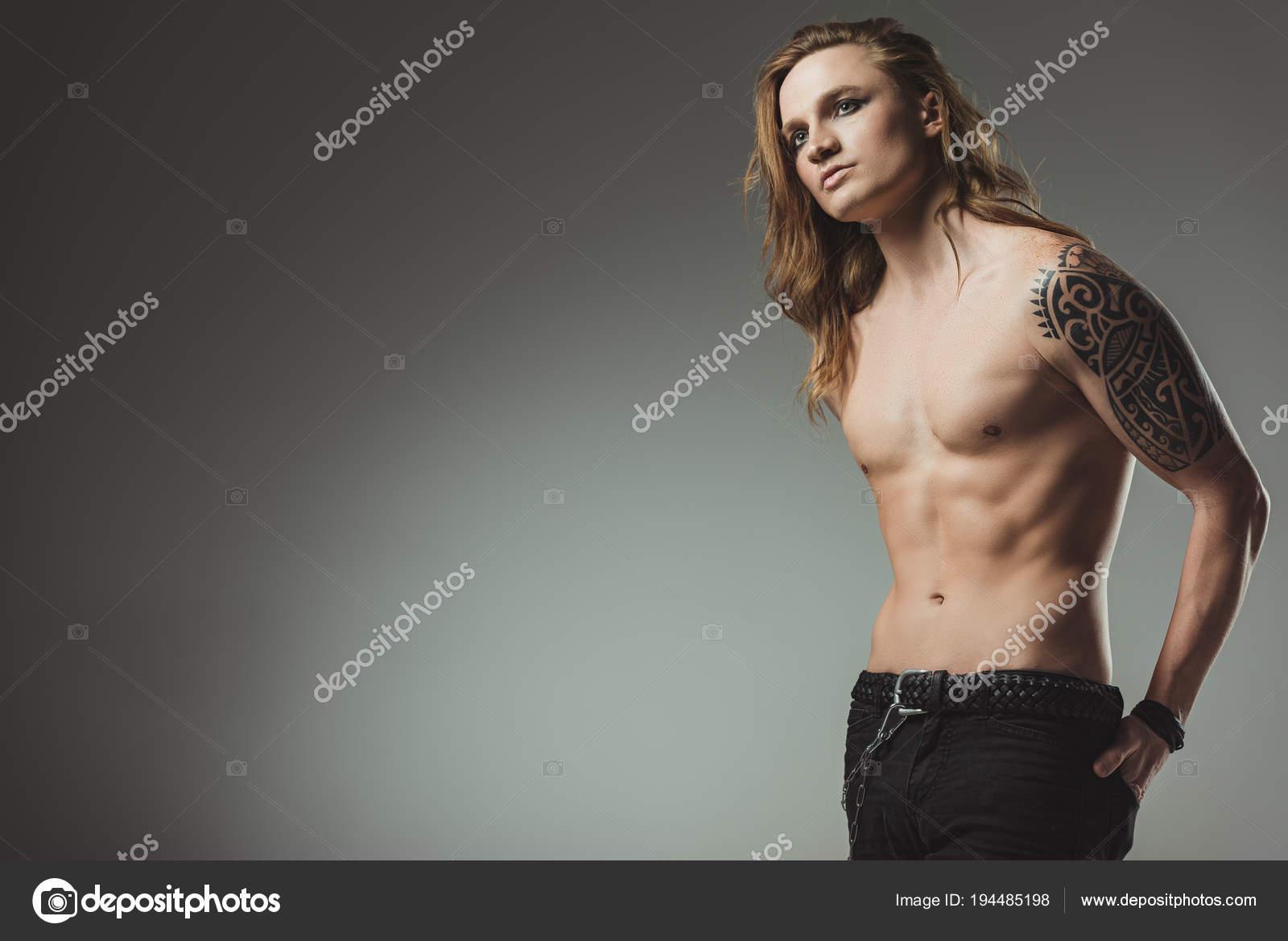 Homme Torse Mode Avec Tatouage Posant Dans Des Jeans Noirs