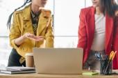 Rozmanité ženské obchodní tým pracuje na projektu v lehké prostoru