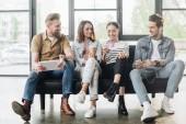 Profesionální obchodní kolegy mužů a žen pro odpočinek a bezpečné používání miniaplikací v moderní kanceláři