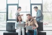 Különböző üzleti csapat dolgozik a laptop, és megvitatni a projekt-munkaterület könnyű