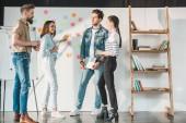 Fotografia Discutere idee entro bordo bianco con le note appiccicose in ufficio moderno luce per imprenditori di successo