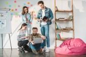 Úspěšní podnikatelé sdílení myšlenek v moderní lehké úřadu