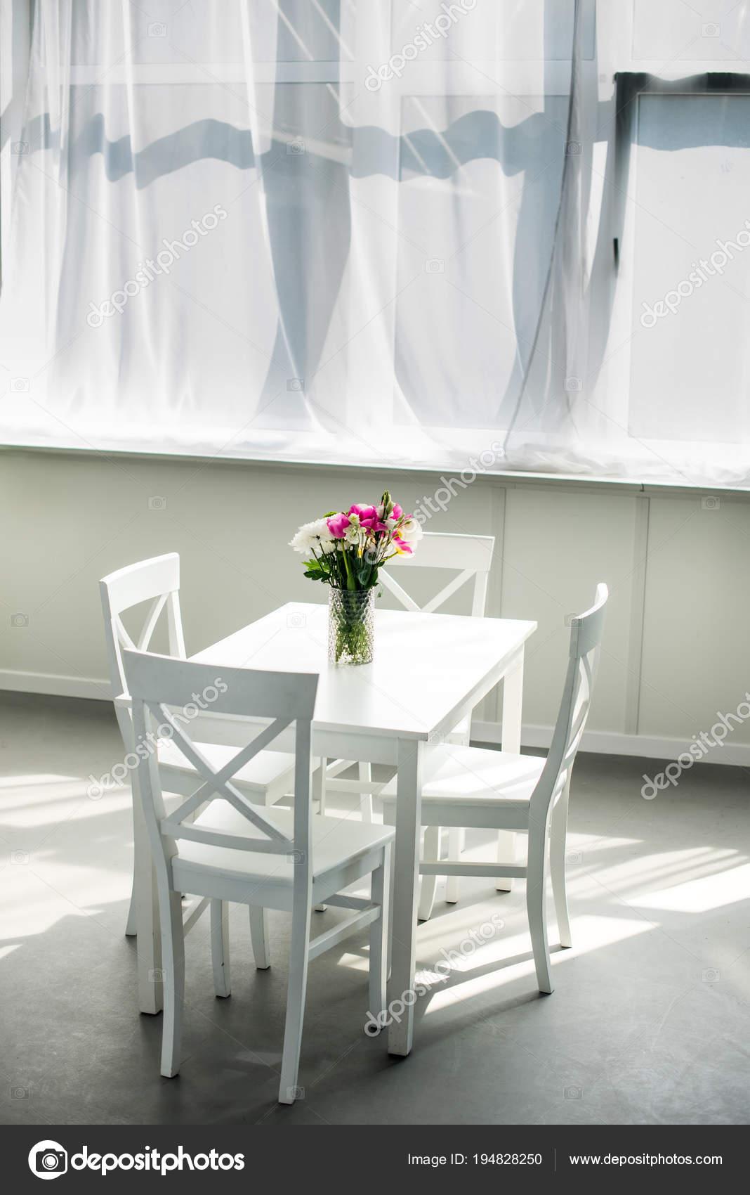 Mazzo Dei Tulipani Sul Tavolo Cucina Luce Moderna — Foto Stock ...