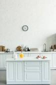 belső tér modern könnyű konyha, palacsinta és a narancslé a konyhai pult
