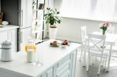 Fotografie interiér moderní lehká kuchyně s palačinky na kuchyňské lince