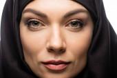 Nahaufnahme der schönen jungen muslimischen Frau im Hijab isoliert auf weiß