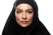 mladá muslimka v hidžábu se značkami na obličeji pro plastickou chirurgii izolované na bílém