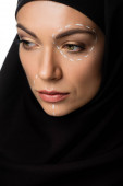 giovane donna musulmana in hijab con segni di chirurgia plastica sul viso isolato su bianco