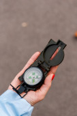 pohled shora na ženu držící retro kompas venku