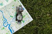 pohled shora na vinobraní kompasu na mapě na trávě