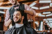 borbély fekete latex kesztyű megható haj boldog ember a fodrászatban