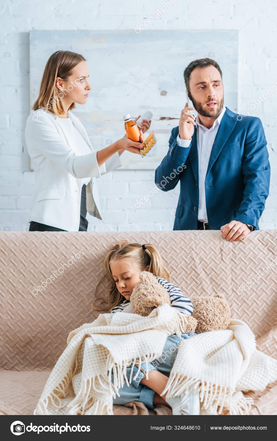 Besorgte Mutter Und Interessierte Tochter