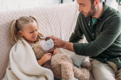 pozorný otec dávat léky nemocné dceři