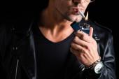 Vágott kilátás férfi világítás cigaretta öngyújtó elszigetelt fekete