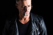 Jóképű férfi dohányzik cigaretta elszigetelt fekete