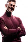 Hezký muž v bezdrátových sluchátkách se zkříženýma rukama s úsměvem na kameru izolované na bílém