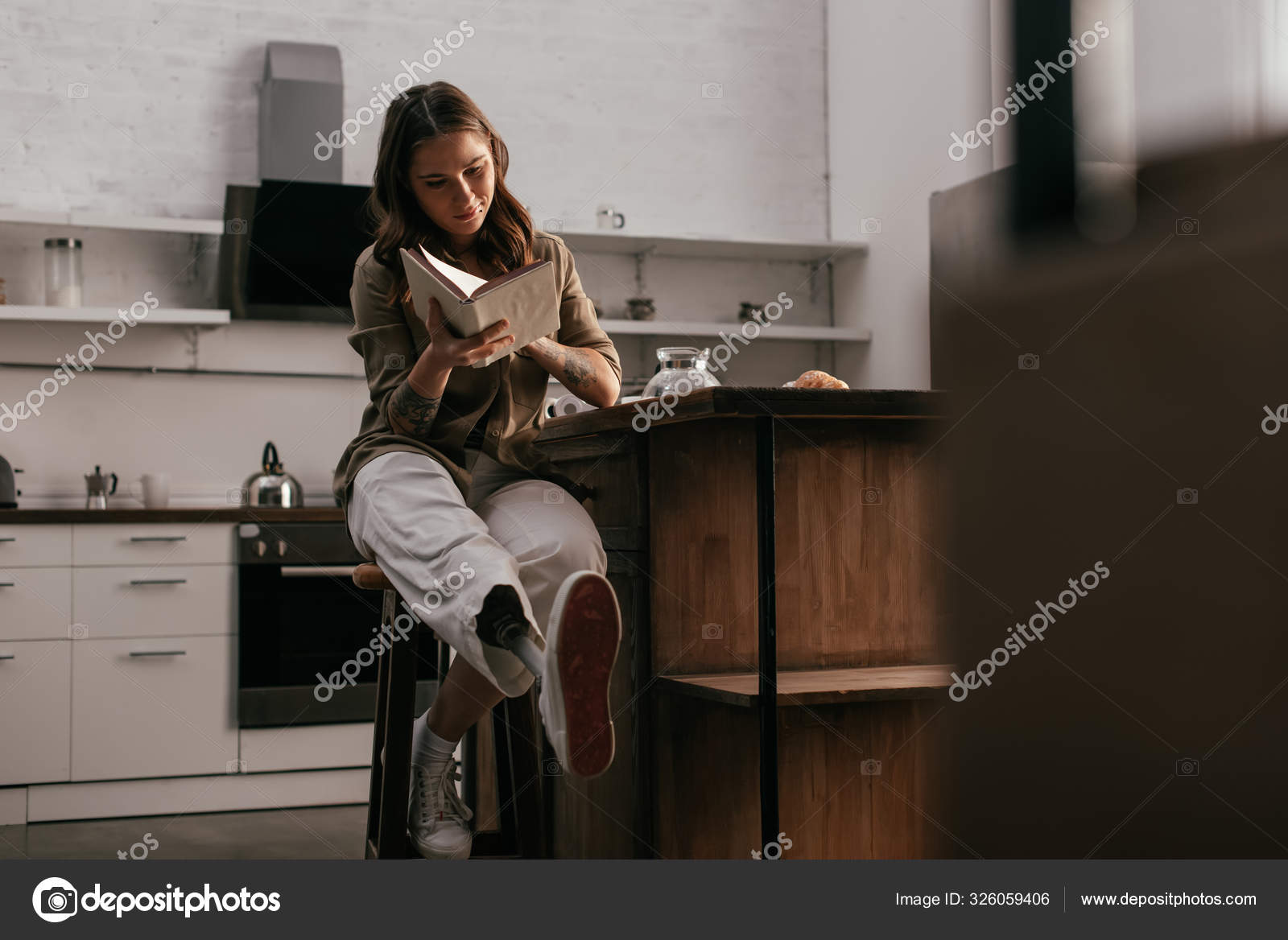 Protez Bacaklı Bir Kızın Seçici Odak Noktası Mutfak