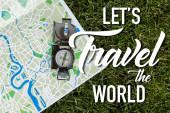 Ansicht von Vintage-Kompass auf Landkarte in der Nähe lässt die Buchstaben der Welt reisen