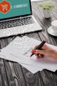 vágott kilátás üzletasszony kezében piros marker toll közelében ellenőrzőlista, illusztráció, csésze és laptop e-kereskedelmi betűkkel