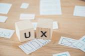 Selektivní zaměření dřevěných kostek s ux. písmenem a dispozicemi na stole